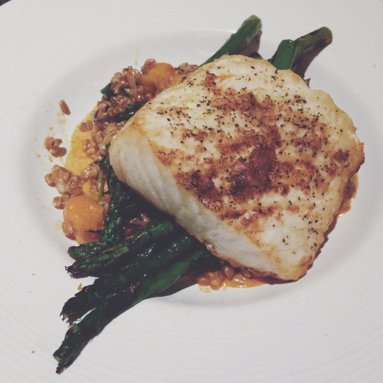 Roasted halibut with butternut squash, farro and asparagus for a tasty and simple dinner :)